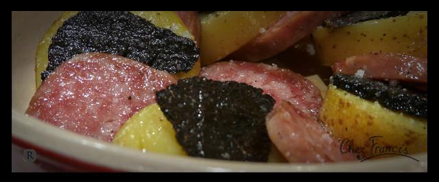 Tranches de saucisson chaud, truffes et pommes à la peau cuites au plat
