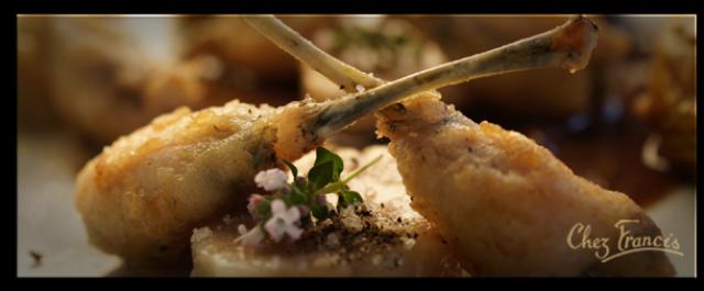 CUISSES DE GRENOUILLES et artichauts poivrades à la moelle et au vin rouge